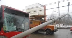 Рейсовый автобус врезался в столб