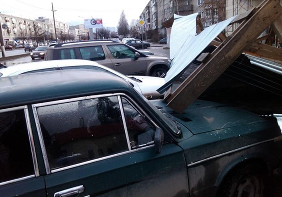 Забор упал на автомобили