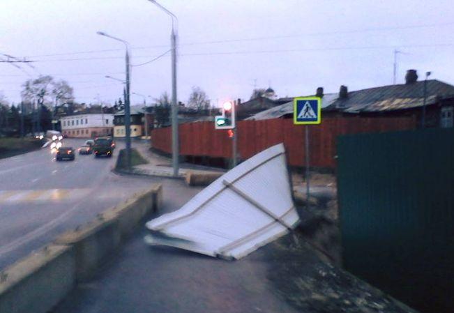 Забор упал на тротуар