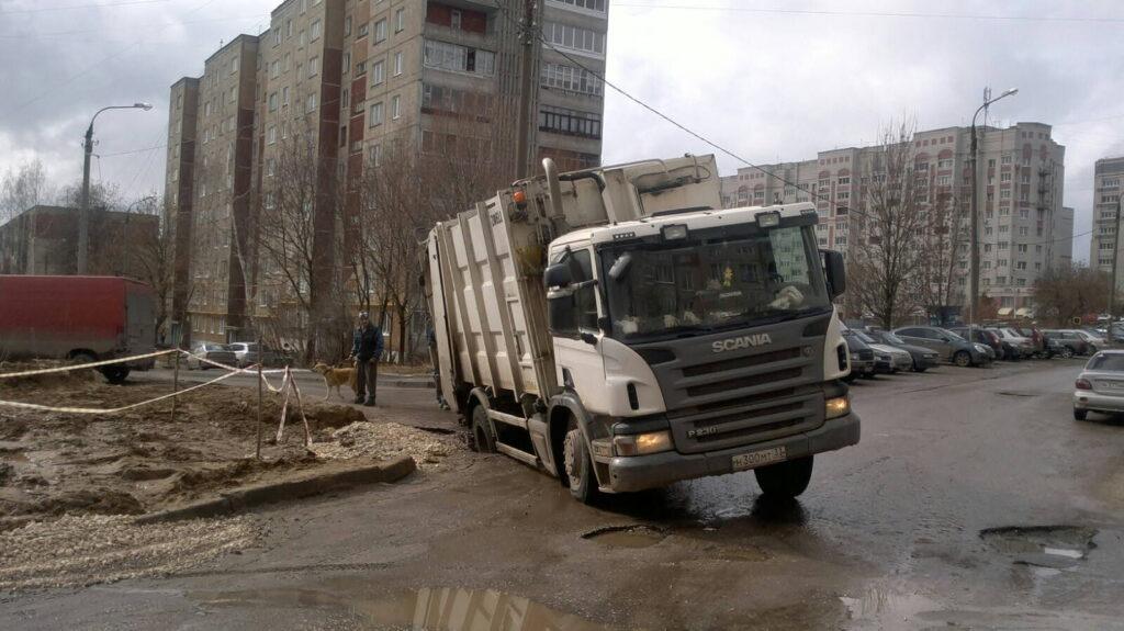 В яму провалился грузовик